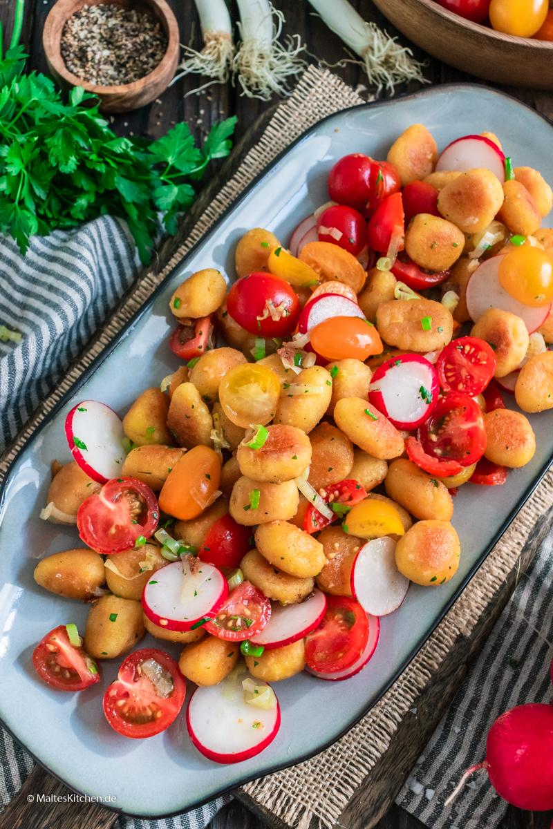 Warme Gnocchi und kalter Salat