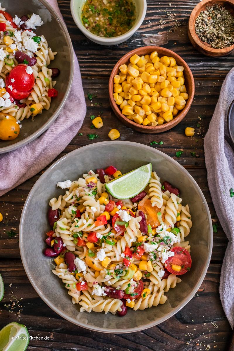 Leckerer Nudelsalat mit Kitneybohnen, Mais und Paprika