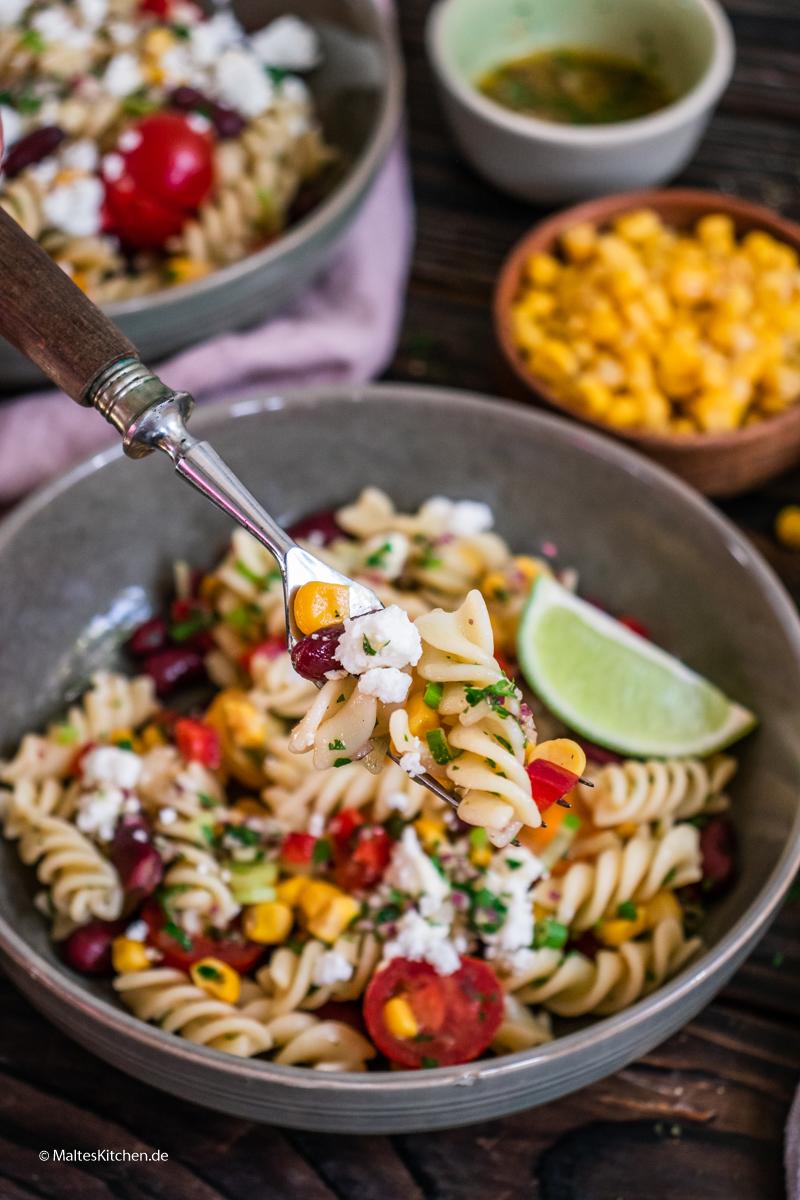 Sommerlicher Nudelsalat mit Mais, Paprika und Fetakäse