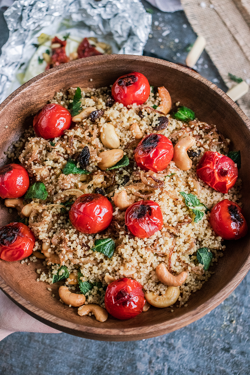 Lockerer Couscous mit geschmolzenen Kirschtomaten