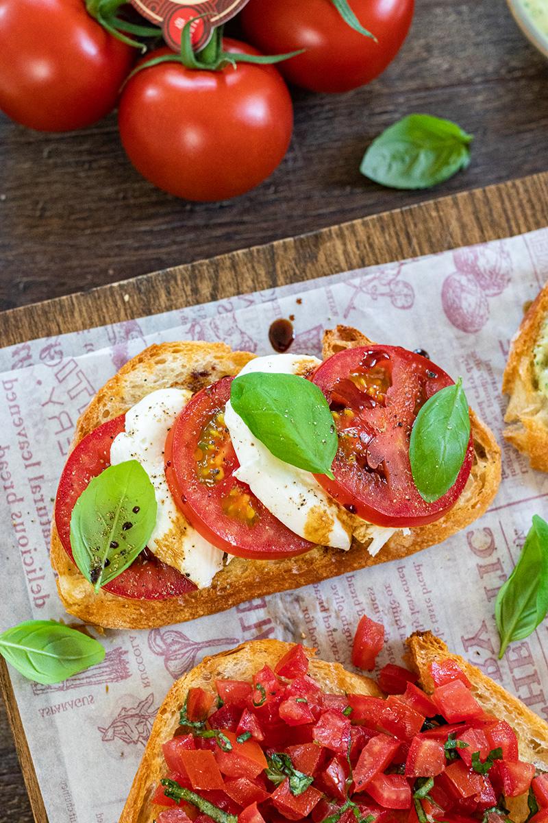Klassischer Crostini mit Tomate-Mozzarella