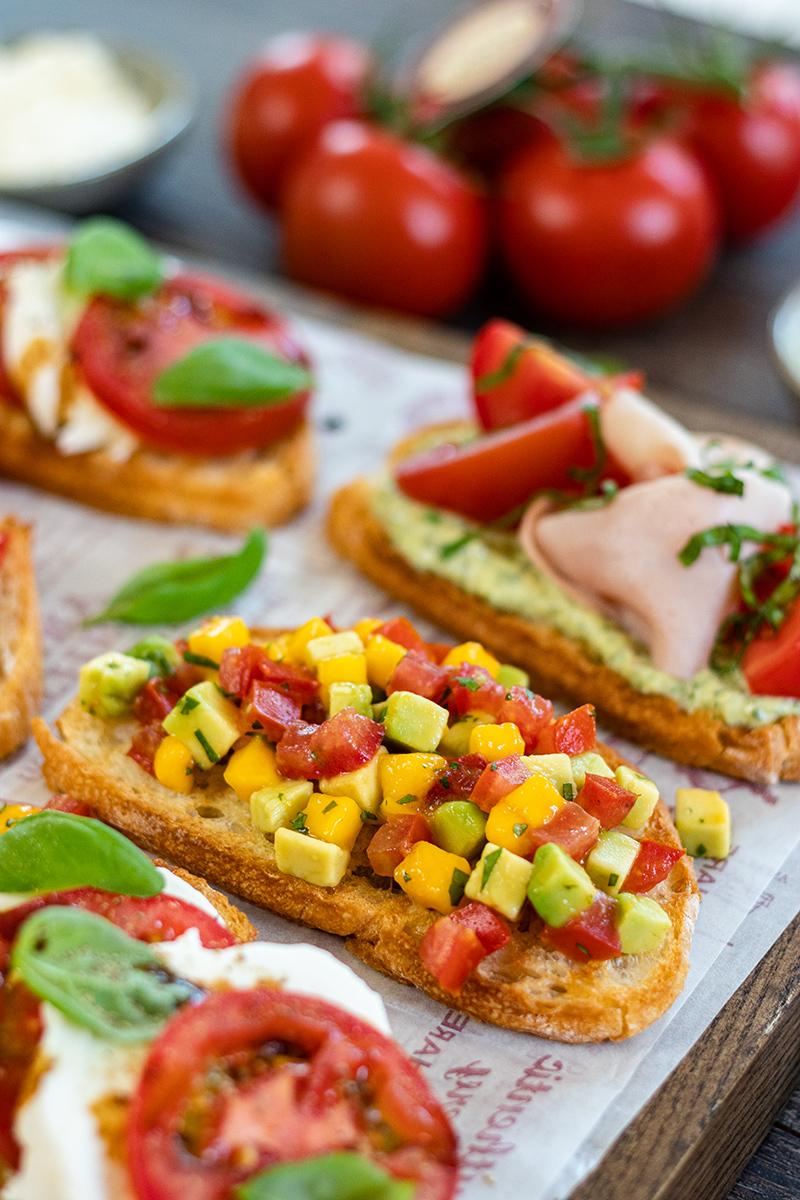 Crostini mit Tomaten, Nektarinen und Avocado