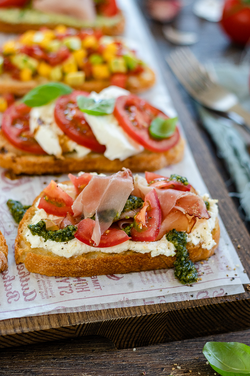 Crostini mit Ricotta, Pesto, Tomaten und Schinken