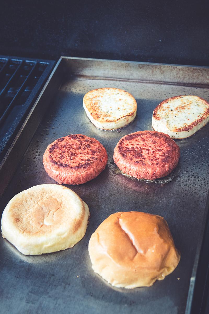 Der Burger wird auf der Plancha gegrillt.