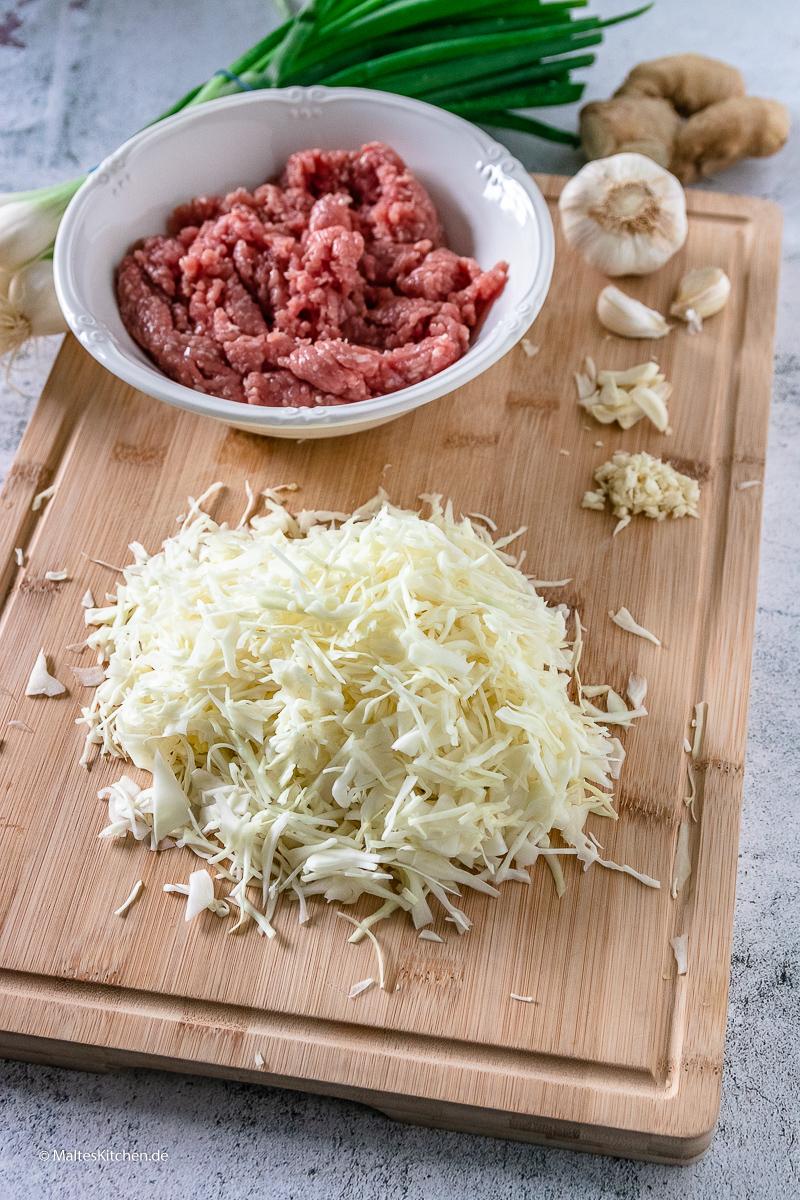 Die Füllung der Gyoza besteht ua. auch Schweinehackflesich und Weißkohl.