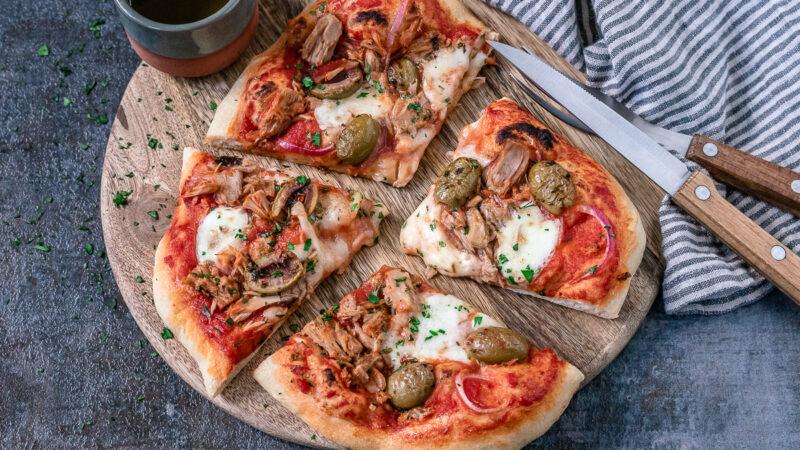 Rezept für eine eselbstgemachte Pizza Tonno