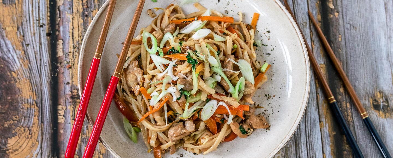 Rezept gebratenen Nudeln mit Hähnchen und Gemüse - Chicken Chow Mein.