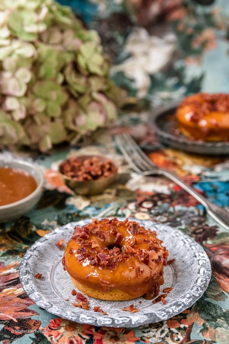 Donuts aus dem Ofen mit Kürbis und Bacon.