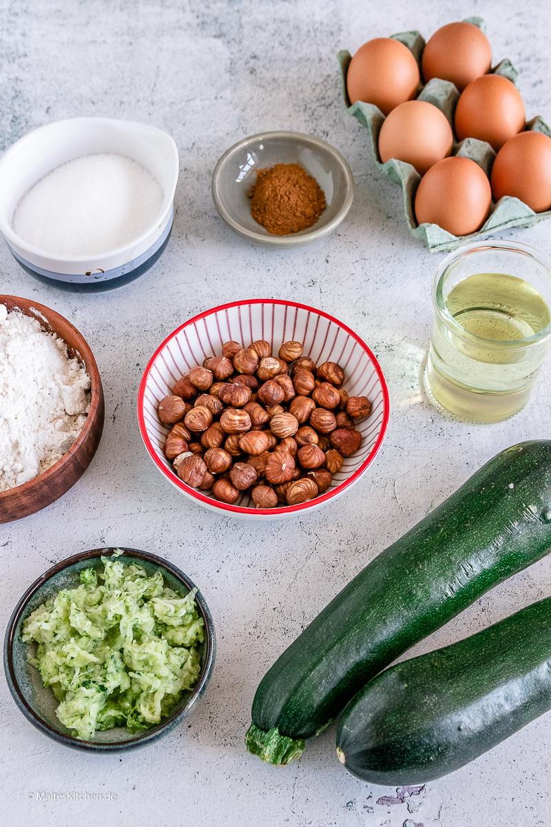 Nusskuchen mit Zucchini im Teig.