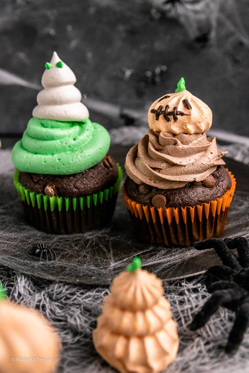 Süße, schaurig-schöne Double Chocolade Muffins mit Baiser Geistern.