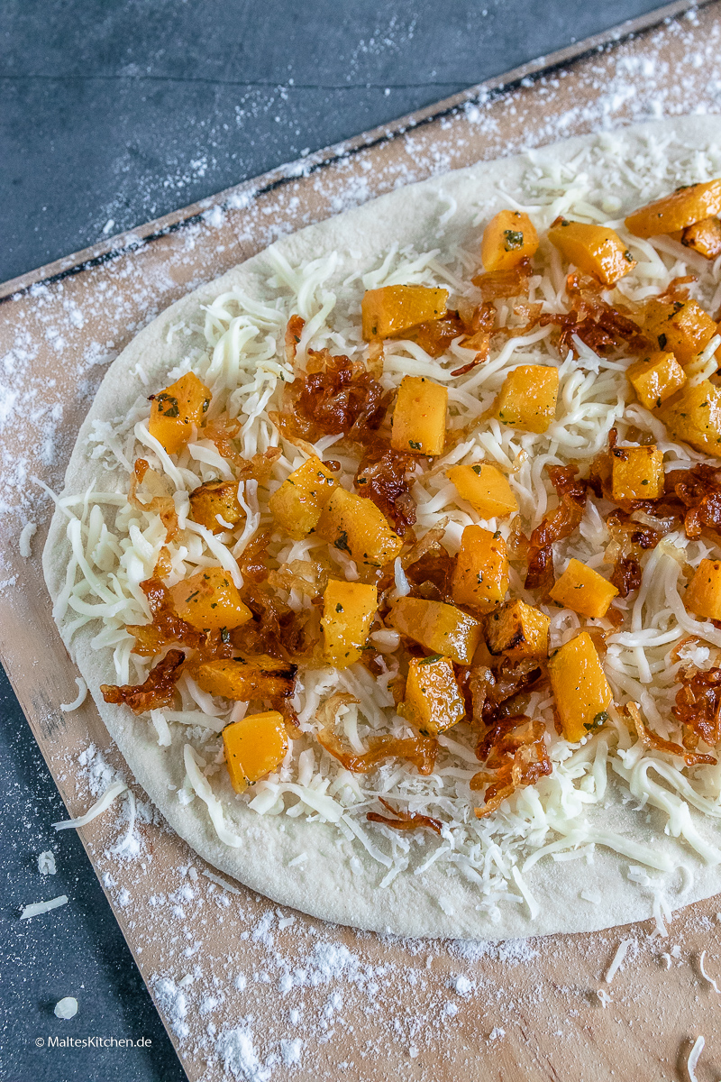 Kürbis Pizza mit Taleggio Käse.