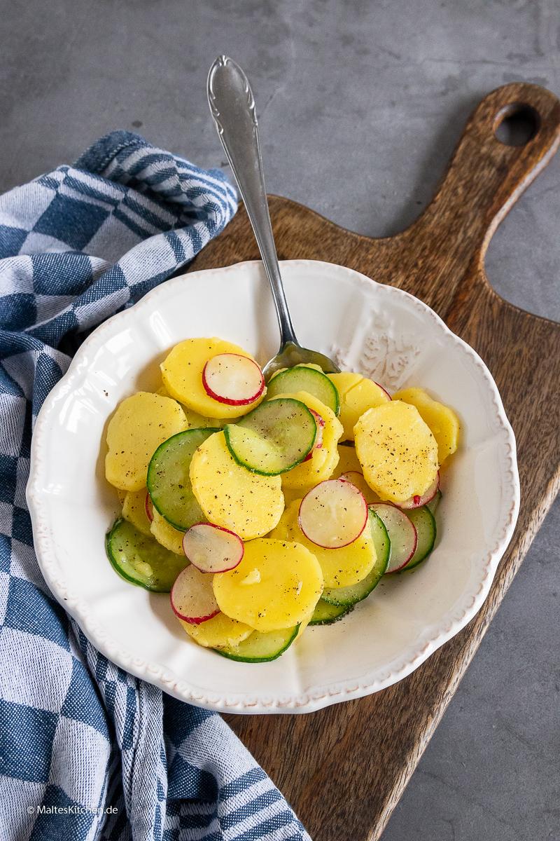 Klassischer Kartoffelsalat mit Gurke und Radieschen.