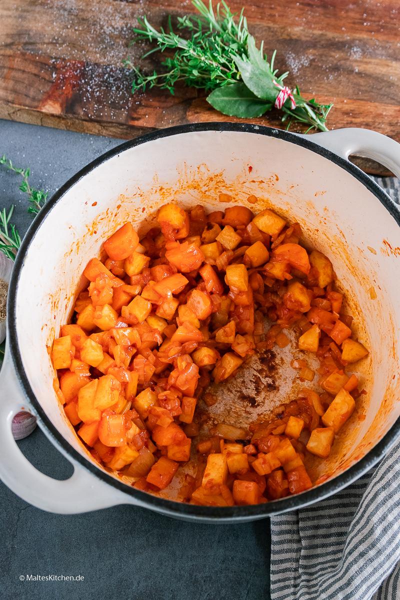 Das Gemüse wird mit Tomatenmark glasiert.