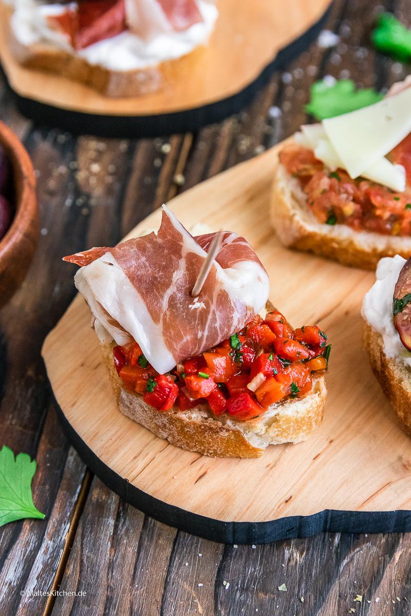 Pintxos mit Bohnenmus, paprika-Salsa und Serrano-Schinken.