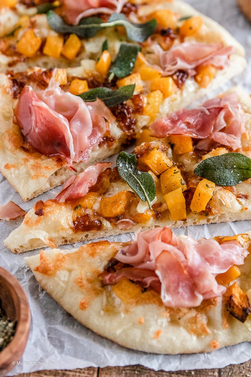 Tolle selbstgemachte Pizza mit Kürbis und Schinken.