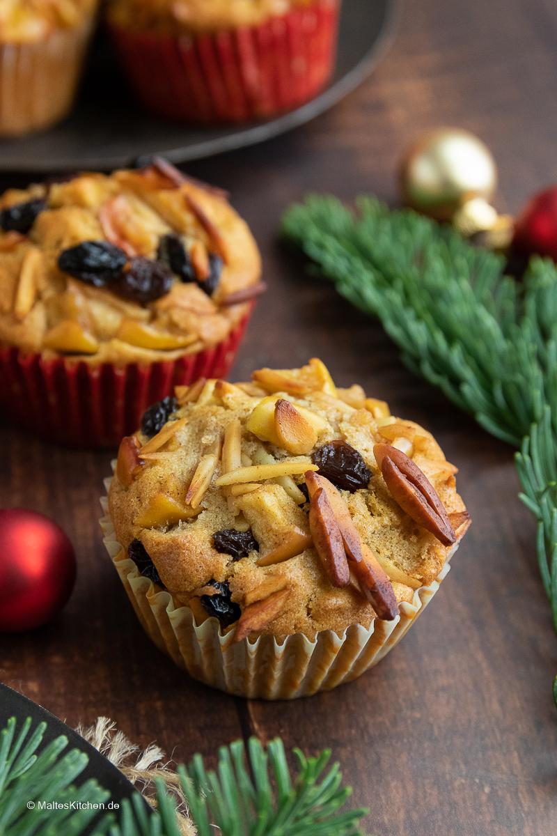 Muffins mit Apfel, Rosinen und Marzipan.