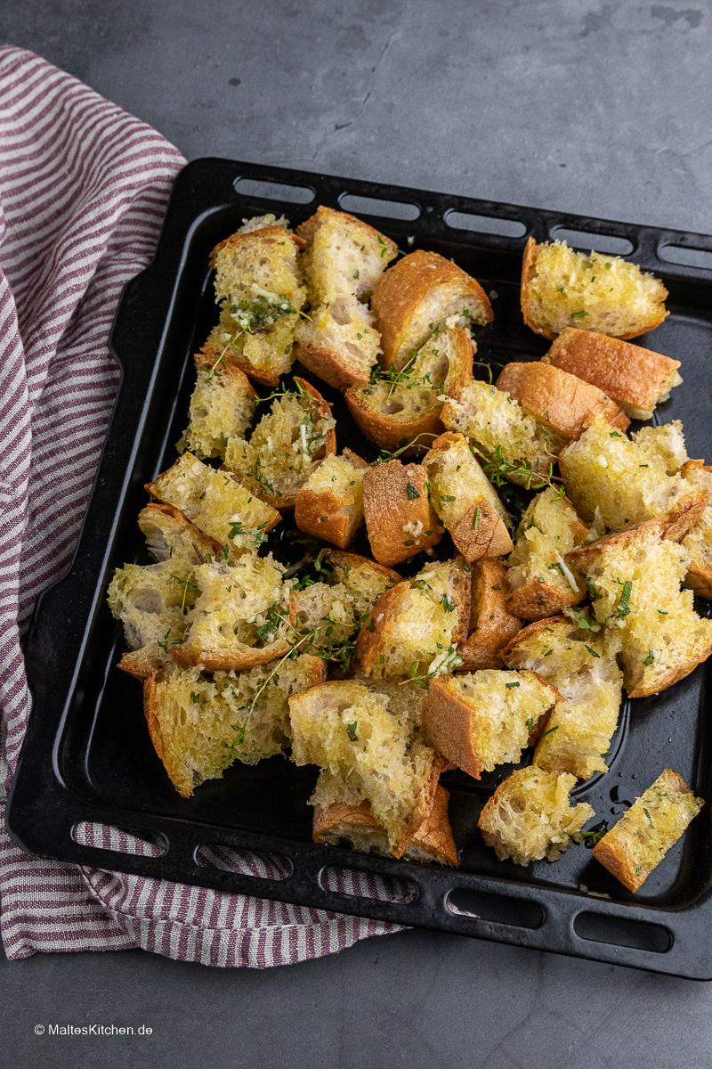 Das Brot wird im Ofen geröstet.