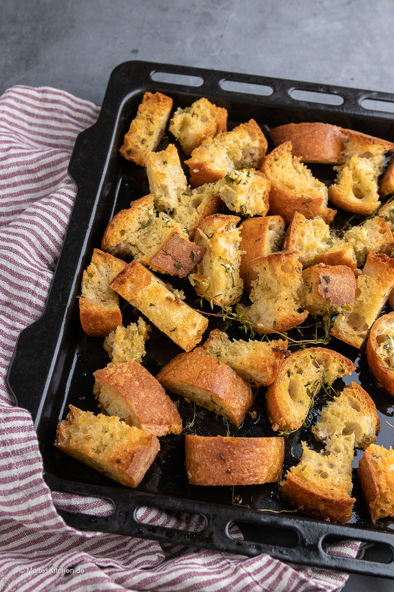 Knoblauch-Croutons mit Kräutern.