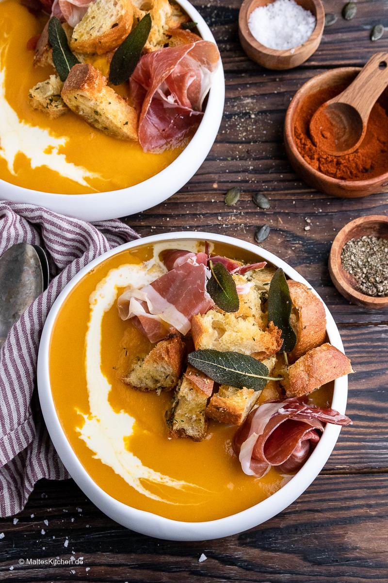 Eine traumhaft leckere Kürbissuppe mit Consorcio Serrano-Schinken und Knoblauch-Croutons.