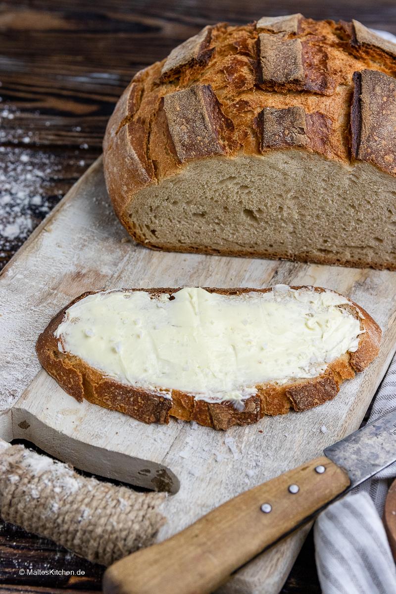 Selbstgebackenes Brot mit Butter.