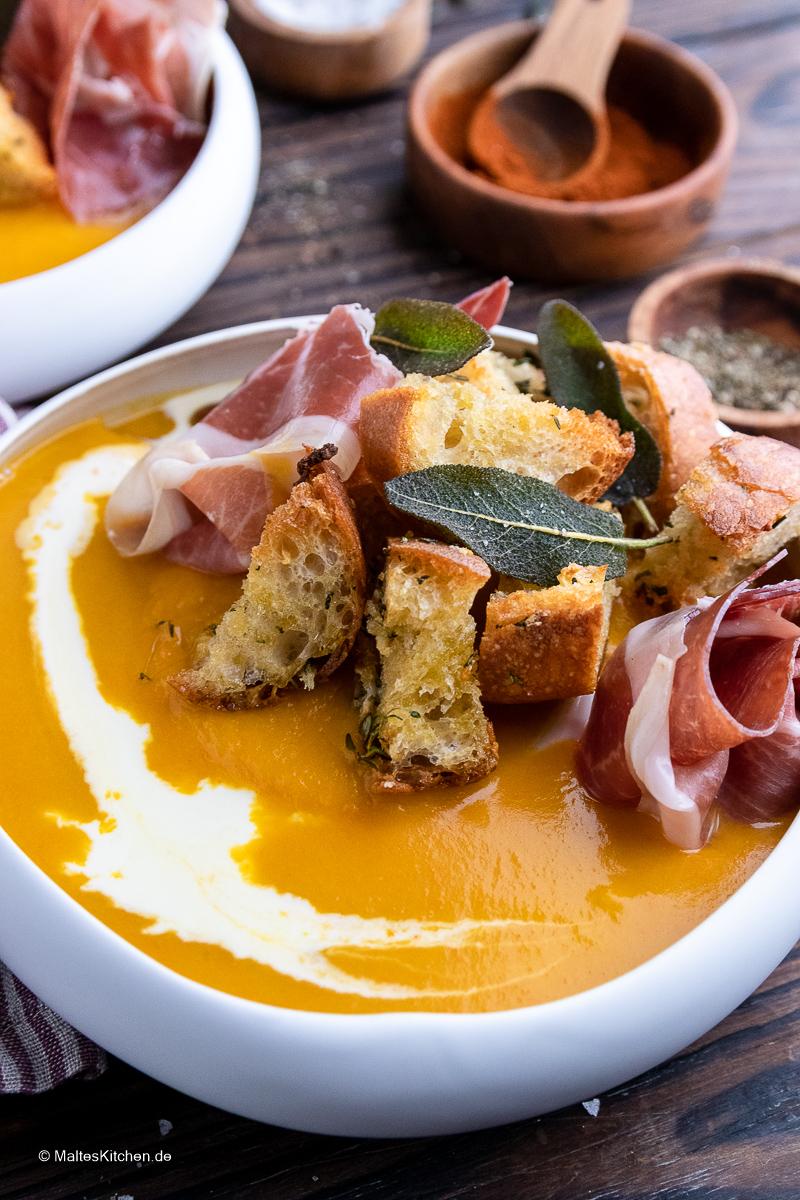 Super leckere Kürbissuppe mit Croutons und Serrano-Schinken,