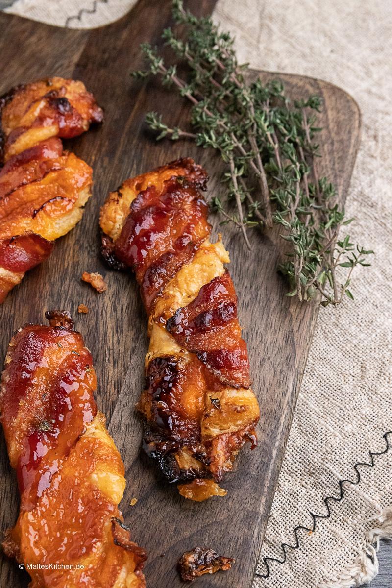 Knusprige Blätterteigstangen mit Cheddar und Bacon.