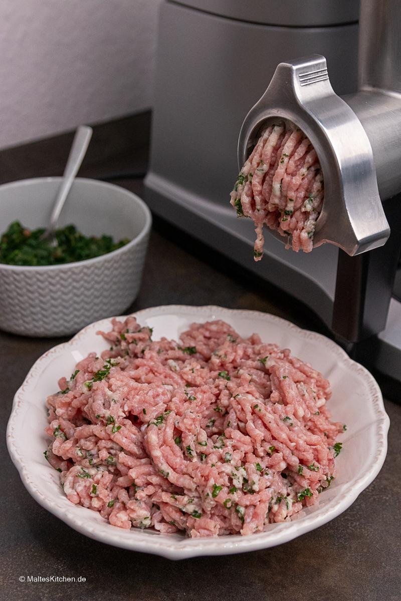 Das Kalbfleisch wird mit dem Fleischwolf der OptiMUM gewolft.