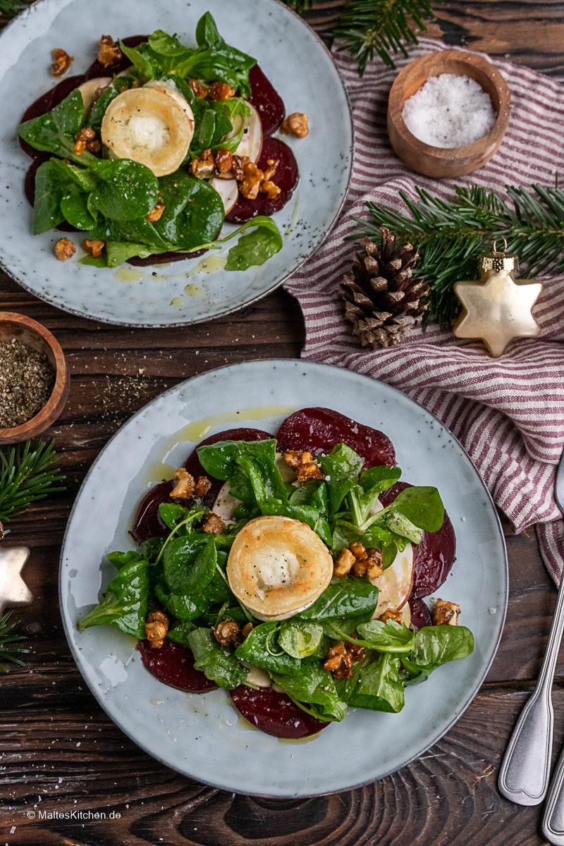 Weihnachtlicher Rote Bete Salat mit Feldsalat, Champignons, Walnüssen und Ziegenkäse.
