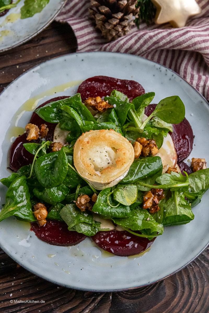 Rote Bete Salat mit karamellisierten Nüssen und Ziegenkäse.