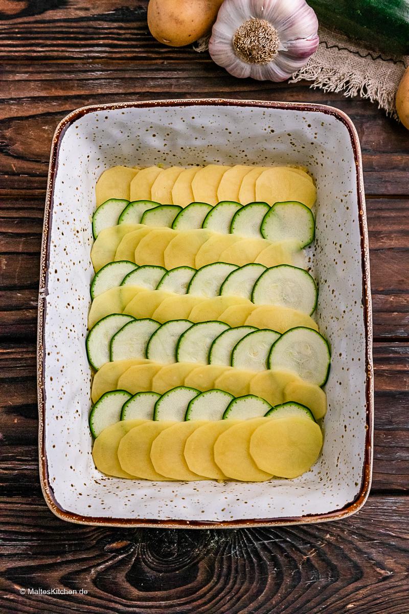 Das Gemüse wird in die Form geschichtet.