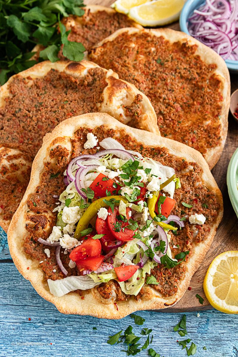 Selbstgemachte türkische Pizza Lahmacun.