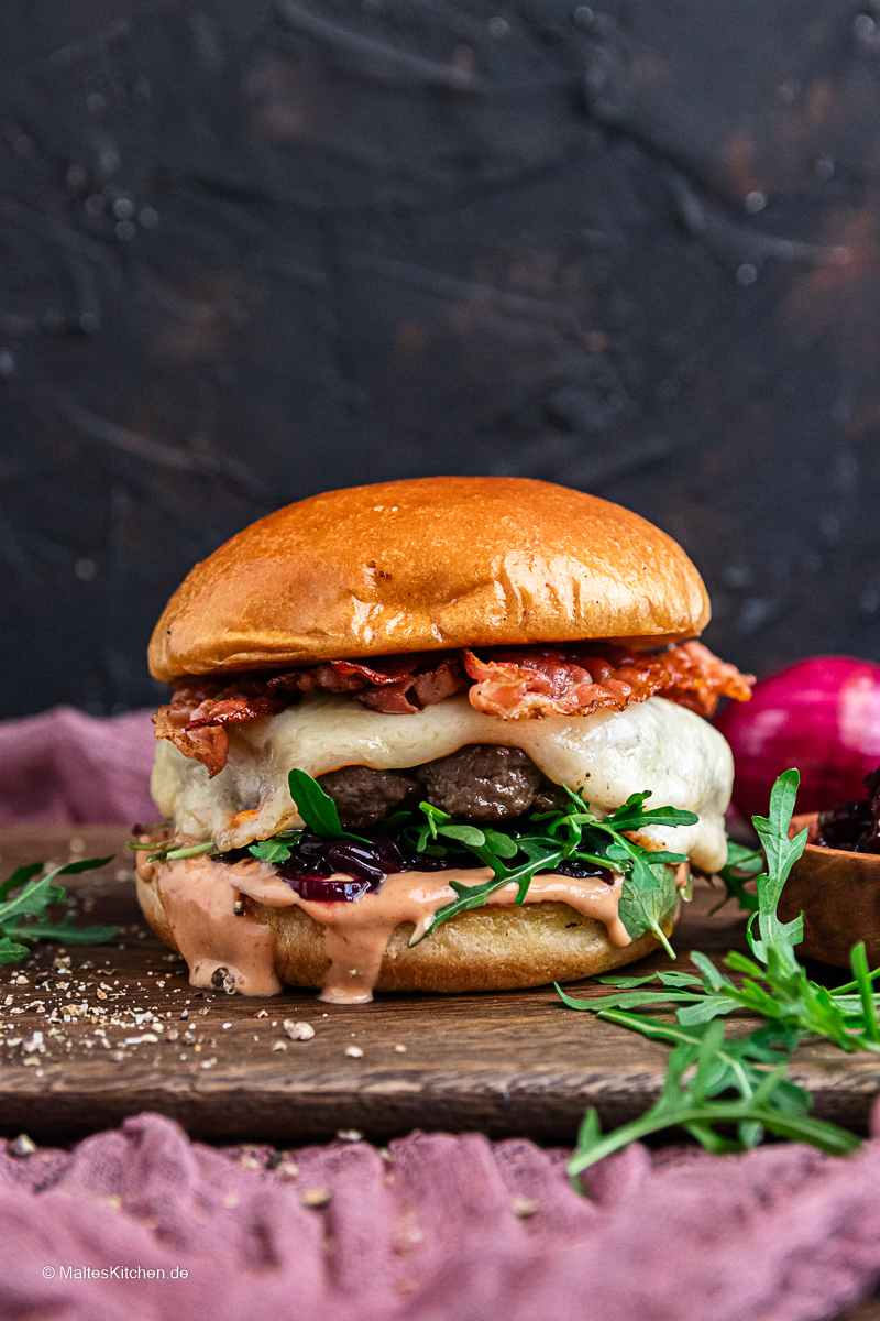 Ein Prima Burger selbstgemacht. Mit Rindfleisch, Zwiebelconfit und Rucola.