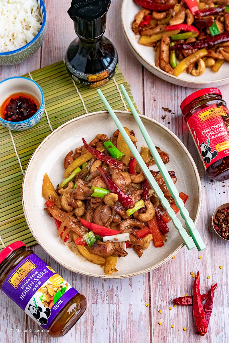 Szechuan Chicken aus dem Wok mit pikanter Sauce.