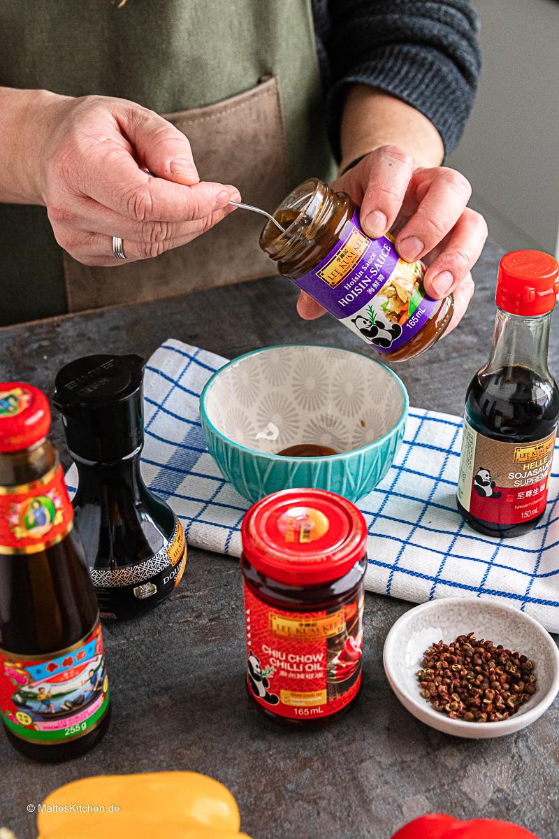 Hosisn-Sauce und Chiu Chow Chili Öl für die Sauce.