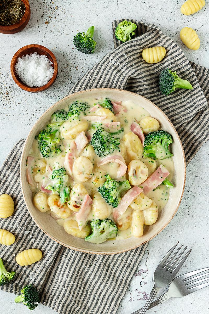 Gnocchi mit Brokkoli und Käsesauce