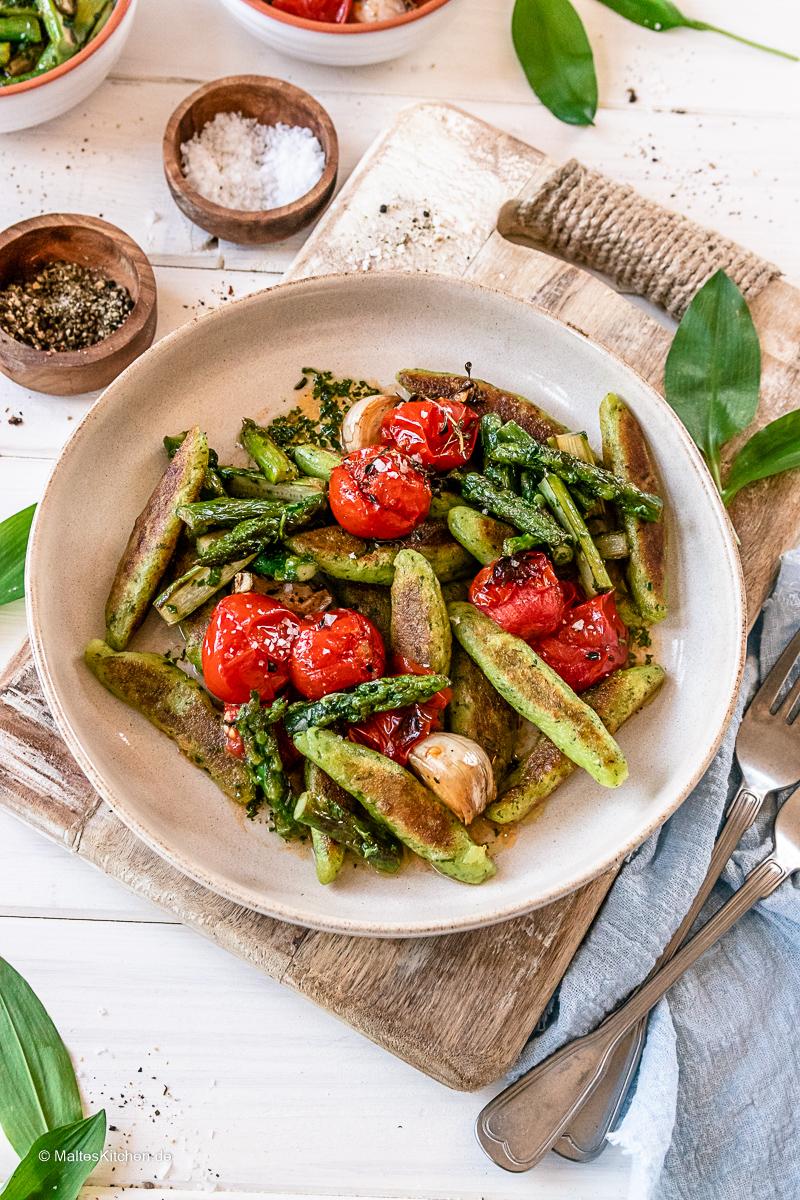 Bärlauch Schupfnudeln mit Spargel und Tomaten.