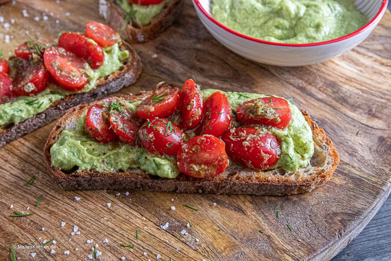 Rezept für geröstetes Brot mit Avocadobutter und Tomatensalat