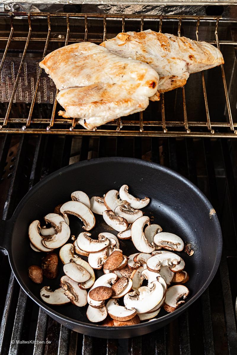 Frische Champignons für den Geflügelsalat.