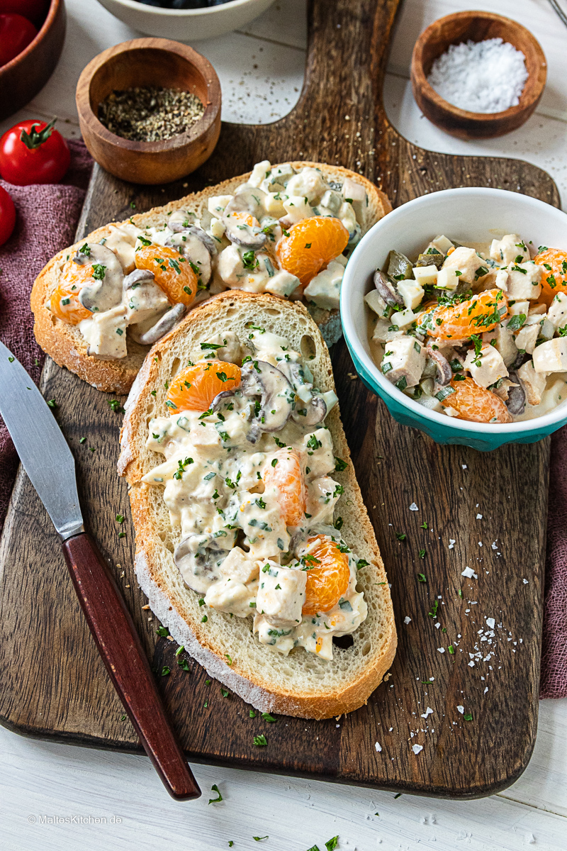 Leckerer Geflügelsalat mit Champignons, Eiern und Mandarinen.