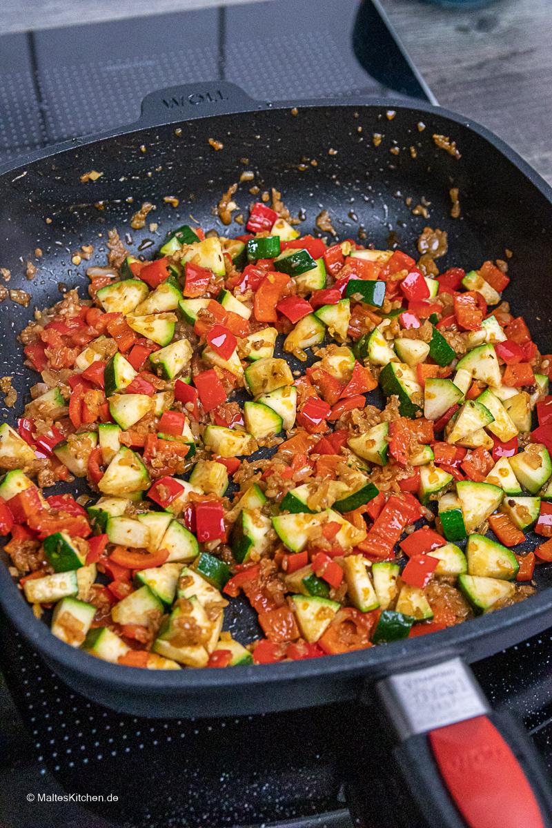 Das Gemüse wird in der Viereckpfanne von WOLL angeschwitzt.