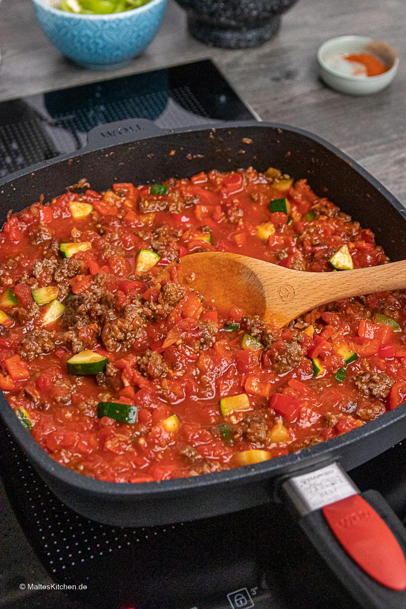 Leckere Hackfleischpfanne mit Ayvar und Tomaten.