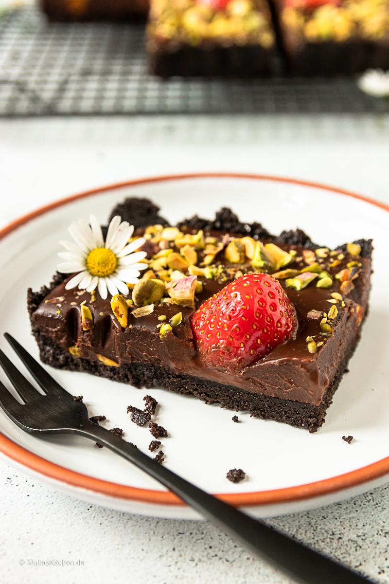 Cremige Schokoladentarte mit Erdbeeren und Pistazien.