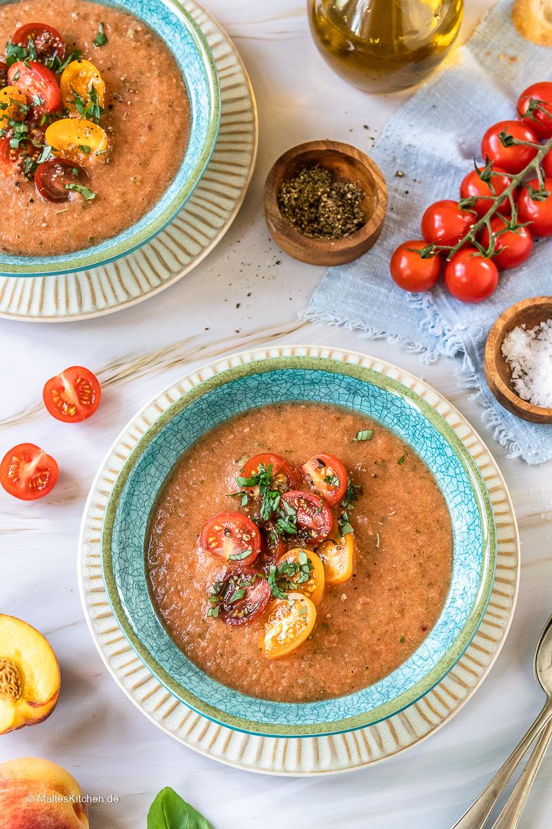Pfirisch Gazpacho mit Tomaten.