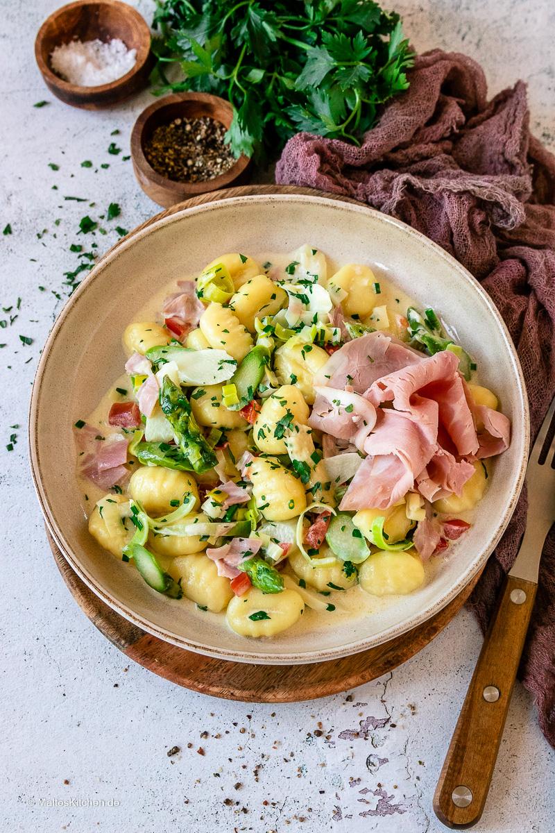 Gnocchi-Pfanne mit  zweierlei Spargel, Tomaten und Kochschinken.