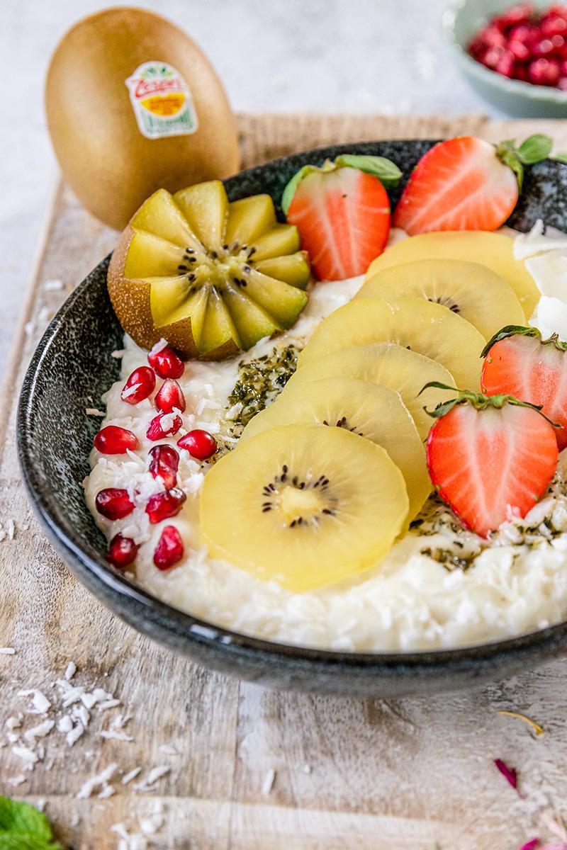 Kokos-Milchreis mit Kiwiund Erdbeeren.