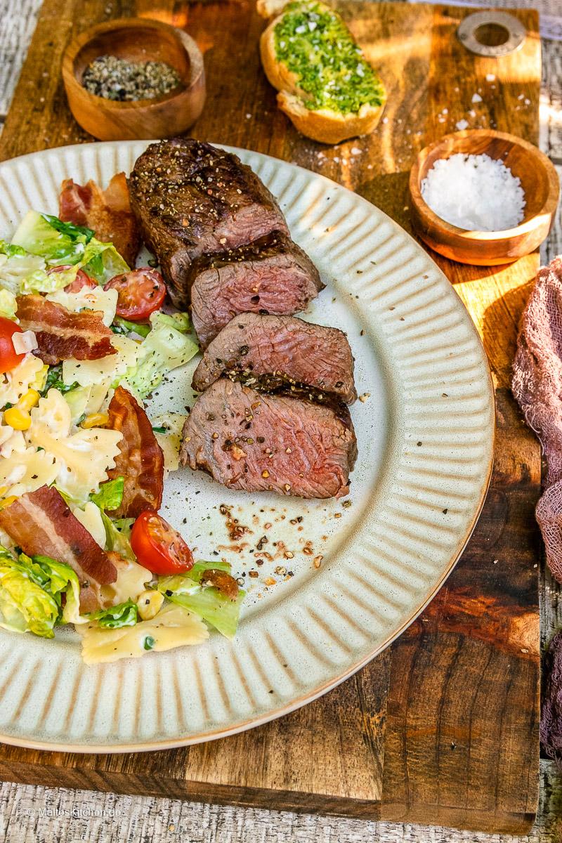 Der Salat schmeckt super als Beilage zu gegrilltem Fleisch.