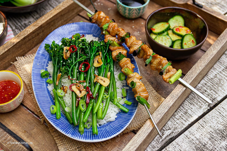 Rezept für Hähnchen Yakitori mit BIMI Brokkoli und Gurkensalat