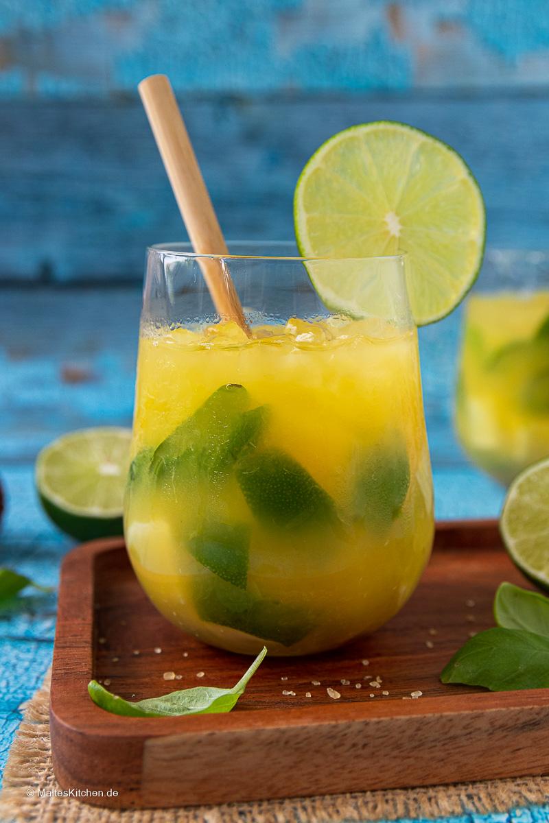 Super erfrischender Sommerdrink mit Orangesaft, Limetten und Basilikum.