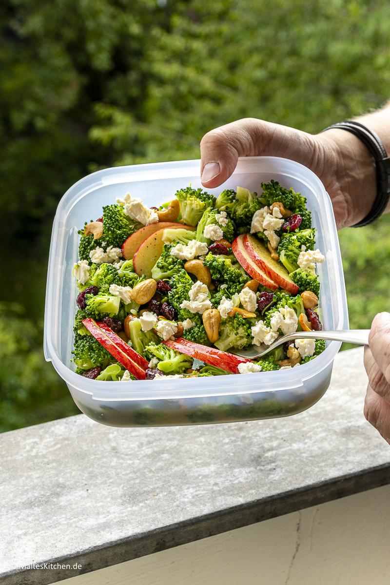 Super leckerer Apfel-Brokkoli Salat als Snack oder zum Mitnehmen.