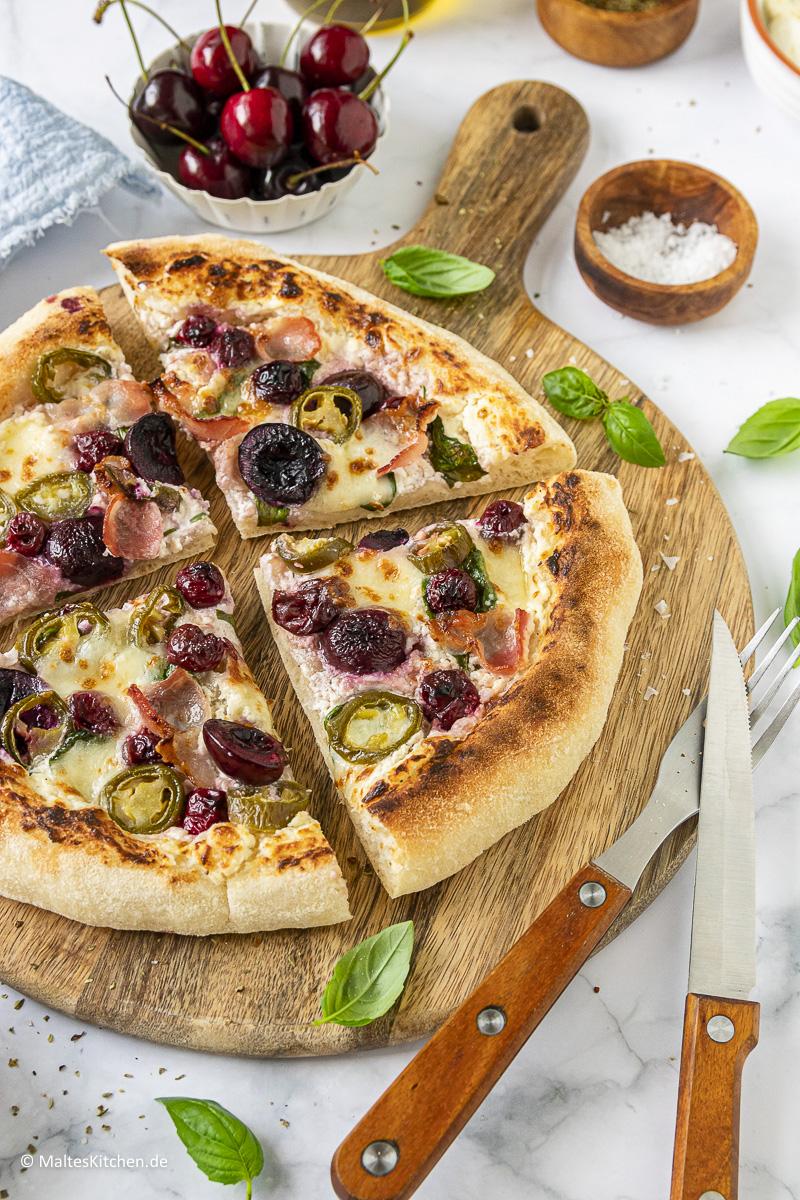 Super leckere weiße Pizza mit TULIP Bacon und Kirschen.